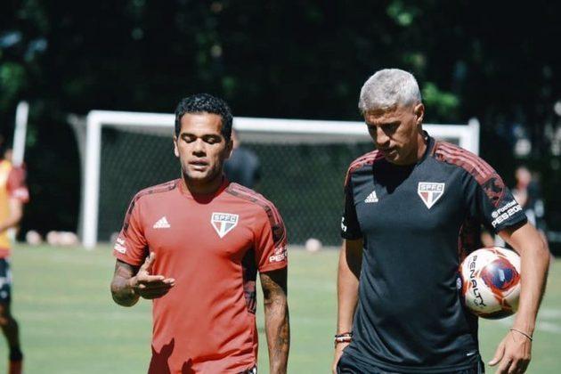 ESQUENTOU - Questionado sobre a saída de Daniel Alves na entrevista coletiva após a derrota para o Fluminense, o técnico do São Paulo, Hernán Crespo, evitou comentar o assunto em si, mas destacou que não aconteceu no momento ideal e lamentou a falta de opções no elenco para a partida diante do Tricolor carioca.