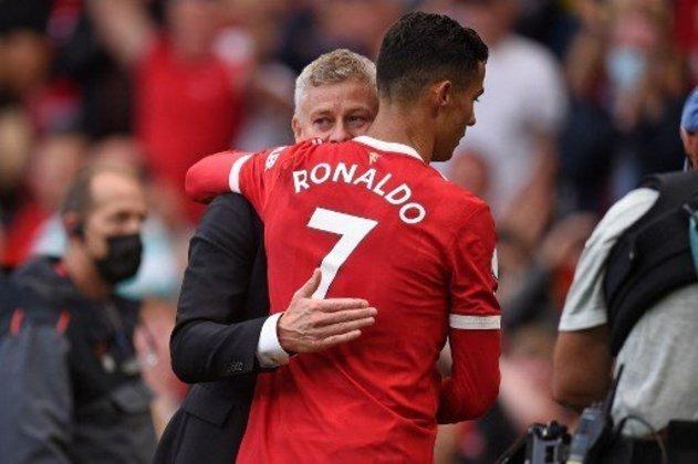 ESQUENTOU - Reforço mais badalado do Manchester United, Cristiano Ronaldo começou a partida deste sábado, contra o Everton, no banco de reservas. O técnico do clube inglês, Ole Gunnar Solskjaer, que está pressionado no cargo, explicou o caso afirmando que sua opção de deixar o craque português na reserva foi por motivos físicos. O United ficou só no empate com o Everton, pelo placar de 1 a 1, e Ronaldo entrou no segundo tempo do jogo.