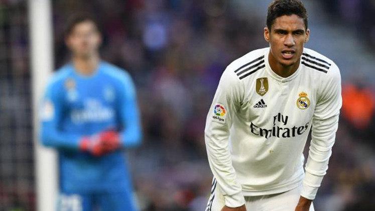 """ESQUENTOU - Segundo o """"Marca"""", caso Varane não renove seu contrato com o Real Madrid, os espanhóis devem negociá-lo para não perdê-lo sem custos em 2022. Ele pode ser negociado por cerca de 50 milhões de euros (R$ 323 milhões). A prioridade de Florentino Pérez é buscar a renovação do defensor."""