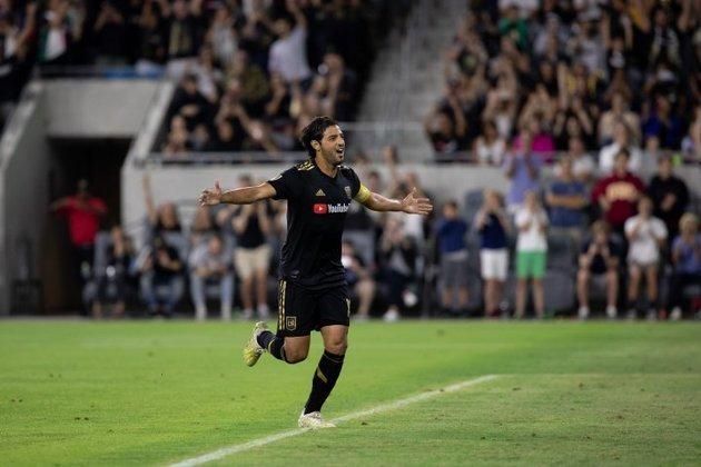 ESQUENTOU - Um dos principais jogadores da MLS pode estar de saída do Los Angeles FC. Trata-se de Carlos Vela, atacante mexicano que vive seus últimos seis meses de contrato com o clube estadunidense. Assim, o jogador pode assinar um pré-contrato com qualquer outro clube. Com vínculo até dezembro, Vela já chama a atenção de clubes da Liga MX (1ª divisão do futebol mexicano) e de outros da MLS. Todavia, o LAFC prepara uma renovação contratual para seu principal jogador. Atualmente, o atacante é um dos mais bem pagos da liga, com um salário de US$ 6,3 milhões (cerca de R$ 31 milhões) por temporada.