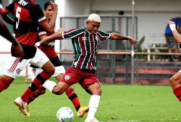 ESQUENTOU - Uma das maiores joias formadas atualmente no clube, o atacante John Kenedy é monitorado pelo Benfica, segundo o jornal