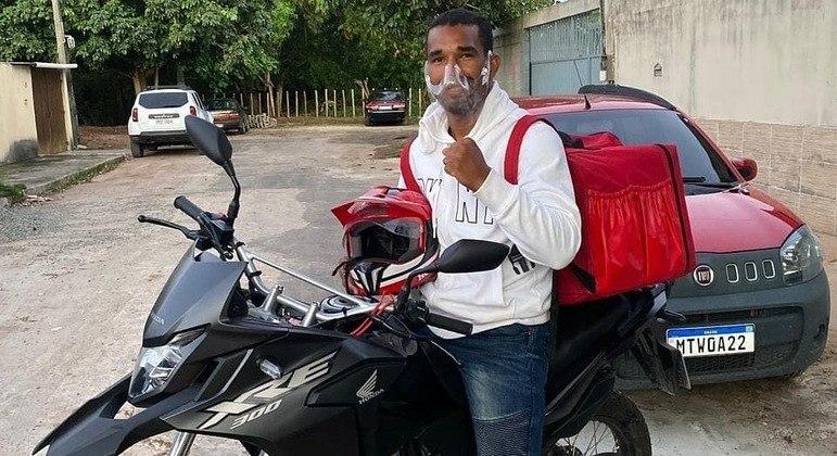 Esquiva Falcão trabalha como entregador de pizzas em Vila Velha, no Espírito Santo