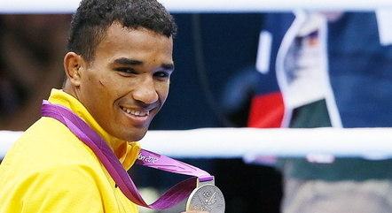 Atleta ostenta uma medalha olímpica