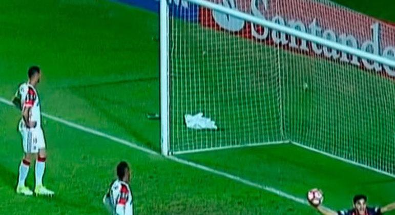 Essa foi outra eliminação que marcou a trajetória do Rubro-Negro na Libertadores e contribuiu para uma mudança dentro do clube. O Flamengo precisava apenas do empate e acabou sofrendo o gol da derrota no final do jogo, além de um gol do Athlético-PR na outra partida do grupo que culminou na desclassificação.