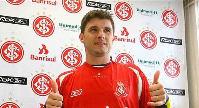 Essa não foi a única gafe de Gustavo Nery em apresentações. No Inter em 2008, ele disse que 'estava muito feliz em assinar com o Grêmio', rival do time colorado