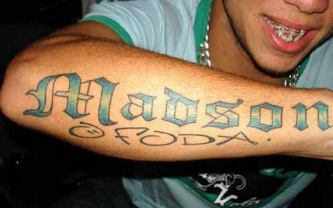 Essa talvez seja a tatuagem mais bizarra e icônica do futebol brasileiro. Na época do Santos, o meia Madson tatuou uma grande homenagem a si mesmo
