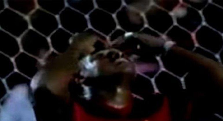 Essa talvez tenha sido a eliminação mais traumática do Flamengo. Depois de encaminhar a classificação às semifinais no México ao vencer por 4x2, o Rubro-Negro foi derrotado por 3x0 para o América com um show do paraguaio Salvador Cabañas, que marcou três vezes.