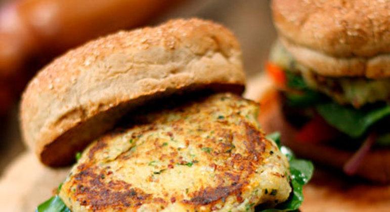 Esse é outro Hambúrguer saudável. Embora não seja tão rápido de fazer, contém saborosos ingredientes típicos do Brasil, com a massa do pão sendo de batata doce. Essa receita foi desenvolvida no programa