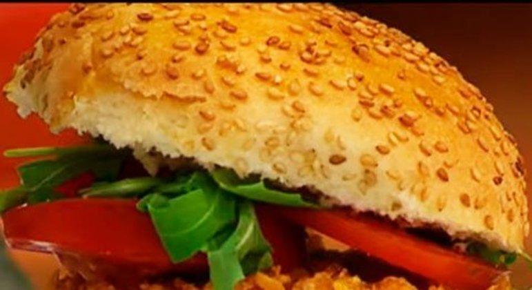 Esse é um hambúrguer de peixe, mais precisamente de salmão, que tem gosto mais suave. Pensando nisso, a maionese temperada com limão vem complementando o sabor. Ele foi desenvolvido pelo site