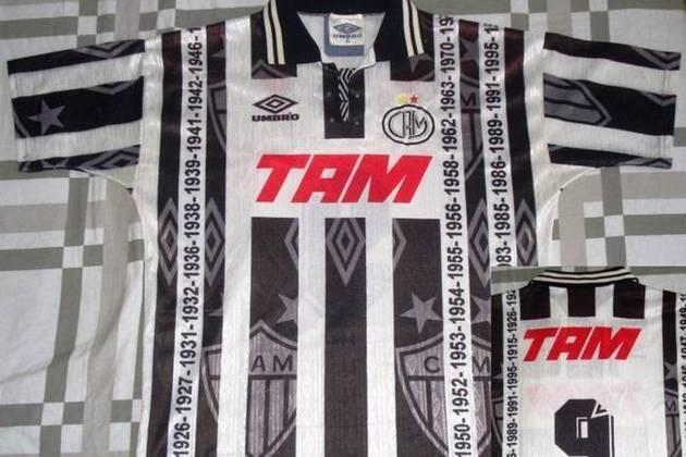 Esse mesmo escudo, porém, já havia aparecido na camisa do Galo em 1996. Na época, o clube usou o símbolo em camisa especial com os anos de suas conquistas do Campeonato Mineiro escritos em linhas horizontais.