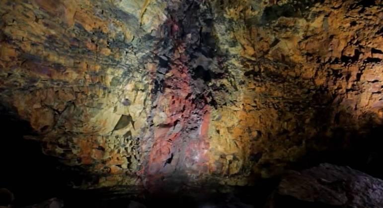 Esse vulcão está adormecido há mais de quatro mil anos e por isso ele pode ser visitado por dentro pelos turistas. Em uma das crateras do Thrihnukagigur os visitantes descem em um guindaste que acaba funcionando como um elevador.