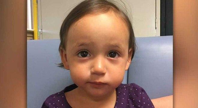 Esta menina foi abandonada pela mãe no carro de um estranho