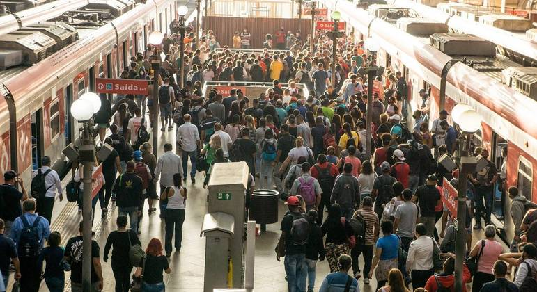 Movimento em estação de trem na capital paulista na manhã desta segunda-feira
