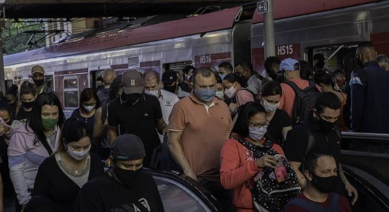 Brasil se mantém próximo ao patamar de mil mortes diárias