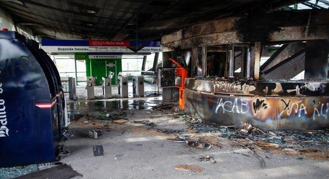 Algumas estações de metrô foram bastante danificadas durante os protestos