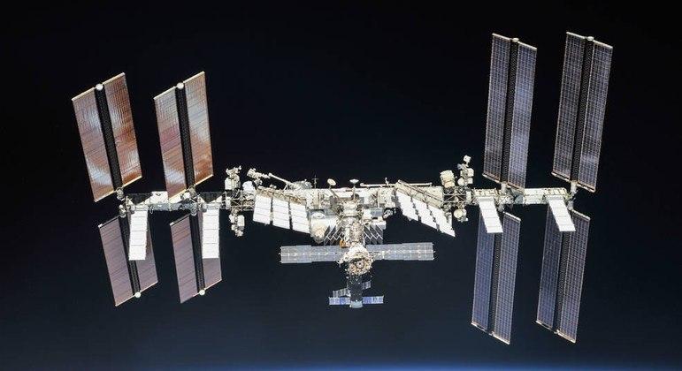 Diretor e atriz passarão 12 dias na Estação Espacial Internacional gravando