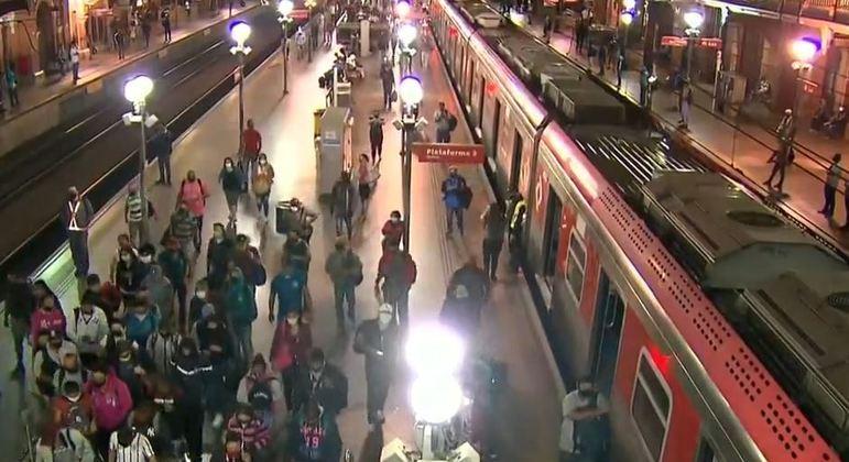 Sem distanciamento, passageiros se arriscam na ida ao trabalho no transporte público em SP