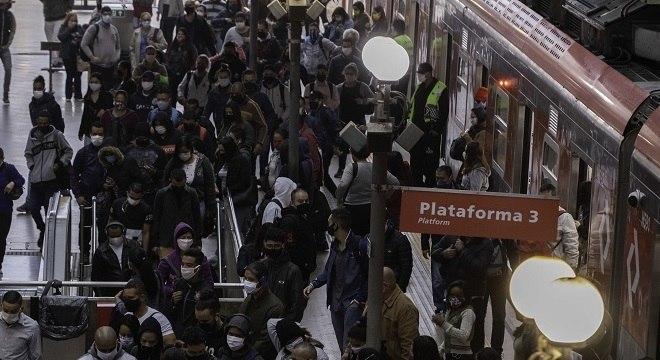 Movimentação de pessoas em plataforma da estação Luz da CPTM em São Paulo