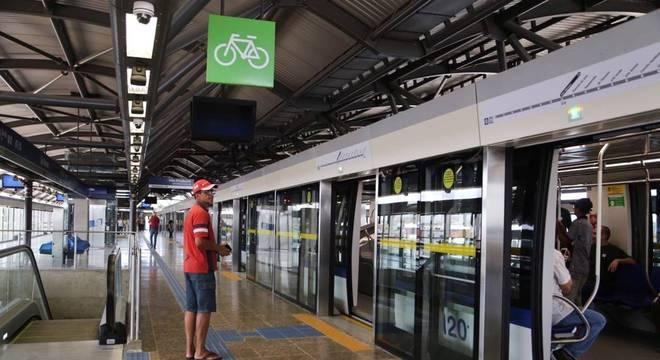 Foto mostra interior da estação São Mateus, da linha 15-Prata