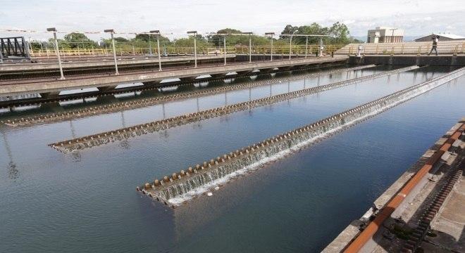 Após retirada de rios ou poços, a água em geral vai para estações de tratamento