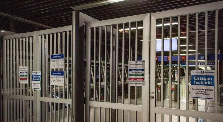 Portões da Estação Vila Prudente da Linha 5 do Metrô, parada na noite de quarta-feira (19)