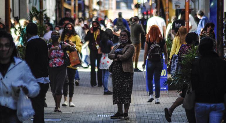 Cidades vão adotar restrições mais rígidas para o comércio e para a entrada de turistas
