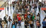 SP - CORONAVÍRUS/SP/TRANSPORTE/AGLOMERAÇÃO - GERAL SP - CORONAVÍRUS/SP/TRANSPORTE/AGLOMERAÇÃO - GERAL - Passageiros se aglomeram na plataforma de embarque e desembarque da Estação da Luz, na região central de São Paulo, na manhã desta quarta-feira, 10 de março de 2021, durante a fase vermelha da Plano SP de combate à pandemia instalado em todo o estado devido ao aumento de casos da covid-19. Até o dia 19 de março, apenas os serviços essenciais podem funcionar. Shoppings, academias, restaurantes, bares e comércios devem permanecer de portas fechadas.   Foto: NELSON ANTOINE/ESTADÃO CONTEÚDO AGE20210310023 - 10/03/2021 - 10:59