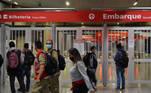SP - CPTM/GREVE - GERAL Passageiros encontram portões fechados na Estação Aeroporto-Guarulhos, que faz parte da Linha 13-Jade da Companhia Paulistana de Trens Metropolitanos (CPTM), na cidade de São Paulo, na manhã desta terça-feira, 24. Parte dos ferroviários de São Paulo está em greve desde a 0h desta terça, 24. Segundo a CPTM, nesta manhã, a linha 11-Coral está operando parcialmente, já as linhas 12-Safira e 13-Jade estão totalmente paralisadas. As demais linhas do sistema funcionam normalmente.   Foto: SAULO DIAS/PHOTOPRESS/ESTADÃO CONTEÚDO PHO20210824004 - 24/08/2021 - 08:23