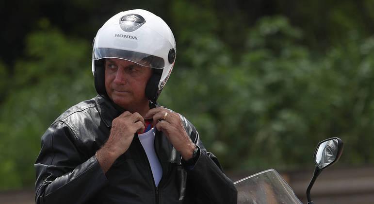 O presidente em passeio de moto pelas ruas de Brasília em um domingo de folga