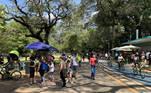 SP - MOVIMENTO/PARQUE/IBIRAPUERA - GERAL Movimentação intensa de visitantes no Parque do Ibirapuera, na zona sul da cidade de São Paulo, em tarde de sol e calor neste domingo, 2 de maio de 2021.   Foto: LECO VIANA/THENEWS2/ESTADÃO CONTEÚDO TN220210502015 - 02/05/2021 - 14:36 SP - MOVIMENTO/PRAIAS/SANTOS – GERAL