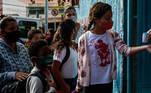 SP - CORONAVÍRUS/SP/AULAS PRESENCIAIS - GERAL SP - CORONAVÍRUS/SP/AULAS PRESENCIAIS - GERAL - Alunos chegam na Escola Estadual Raul Antonio Fragoso, localizada na Vila Pirituba, na capital paulista, na manhã desta segunda-feira, 08. As escolas estaduais de São Paulo estão liberadas para o retorno das aulas presenciais a partir desta segunda-feira, 08, desde que sigam protocolos de proteção contra a Covid-19. O ensino público estadual possui cerca de 3,3 milhões de alunos, que estudam em 5.100 escolas do estado. Essas unidades estão autorizadas a funcionar de forma híbrida, com parte do ensino virtual e parte na escola novamente.   Foto: WERTHER SANTANA/ESTADÃO CONTEÚDO AGE20210208027 - 08/02/2021 - 08:37