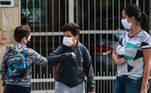 SP - CORONAVÍRUS/SP/AULAS PRESENCIAIS - GERAL SP - CORONAVÍRUS/SP/AULAS PRESENCIAIS - GERAL - Alunos chegam na Escola Estadual Raul Antonio Fragoso, localizada na Vila Pirituba, na capital paulista, na manhã desta segunda-feira, 08. As escolas estaduais de São Paulo estão liberadas para o retorno das aulas presenciais a partir desta segunda-feira, 08, desde que sigam protocolos de proteção contra a Covid-19. O ensino público estadual possui cerca de 3,3 milhões de alunos, que estudam em 5.100 escolas do estado. Essas unidades estão autorizadas a funcionar de forma híbrida, com parte do ensino virtual e parte na escola novamente.   Foto: WERTHER SANTANA/ESTADÃO CONTEÚDO AGE20210208024 - 08/02/2021 - 08:37