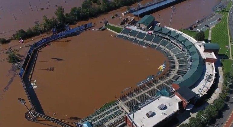 """Chuvas causadas pelo furacão Ida inundaram estádio do """"time B"""" dos New York Yankees"""