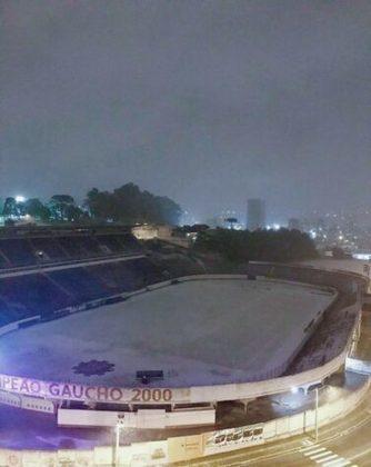 Estádio Centenário, casa do SER Caxias, coberto pela neve. O time da casa receberá o Joinville, pela Série D, no próximo domingo, às 15h de Brasília. Teremos neve no campo? É improvável, já que a frente fria terá passado praticamente por inteiro.