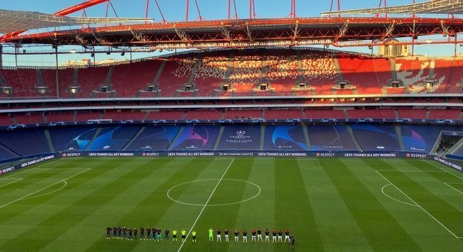 O Estádio da Luz, na apresentação das equipes e do trio de arbitragem