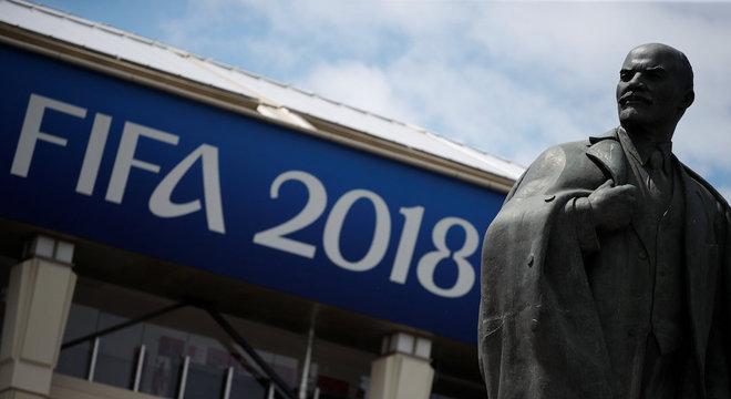 Estátua do líder soviético Lenin divide atenções com parceiros comerciais da Fifa