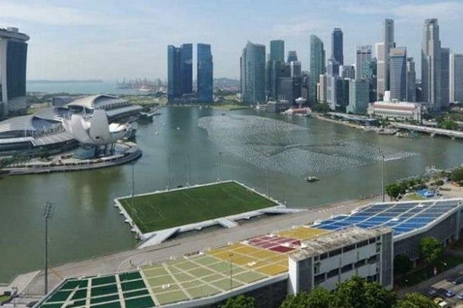 Estádio no meio da água? É isso mesmo. Em Singapura, o Estádio Flutuante Marina Bay tem capacidade para 30 mil pessoas. As arquibancadas, no entanto, estão em terra firme