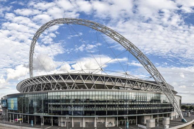 O Wembley é o principal estádio da Inglaterra e recebe os jogos mais importantes do país. Seu formato não tem um padrão definido, com uma espécie de 'alça' na parte de cima