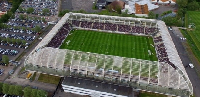 O Estádio de la Licorne, casa do Amiens, da França, tem uma estrutura com uma material todo transparente