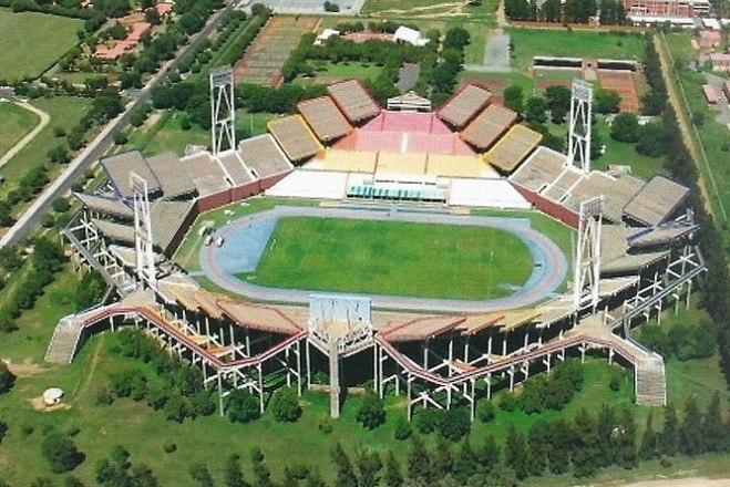 """Na África do Sul tem também o """"estádio losango"""". O Mmabatho chama atenção por sua forma, que tem lances de arquibancada em níveis diferentes"""