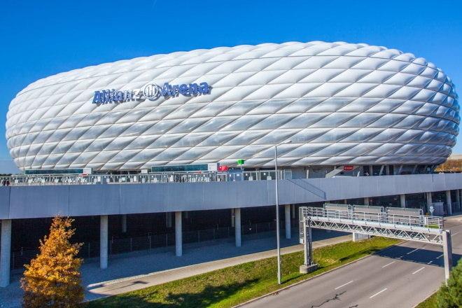 A Allianz Arena, casa do Bayern de Munique, é um dos estádios mais modernos do mundo. No entanto, de longe seu formato lembra o de um pneu