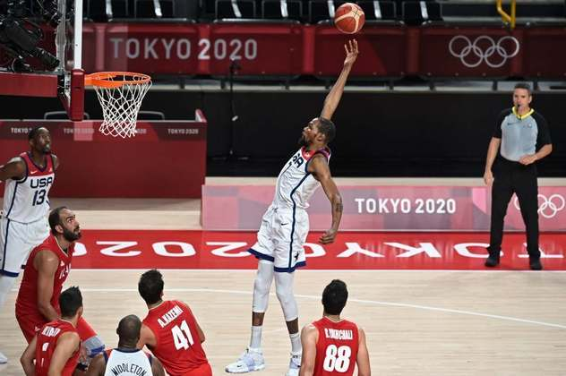 Estados Unidos venceu no basquete do Irã por 120 a 66.