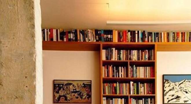 estante de livros em madeira sala de leitura odvo arquitetura
