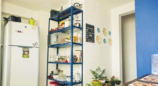 estante de metal colorida cozinha casa aberta
