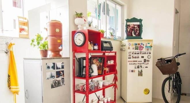 estante de metal colorida cozinha pequena casa aberta