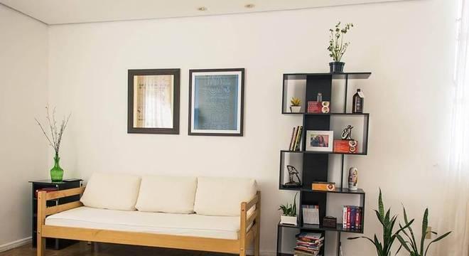 estante decorativa preta sala de estar casa aberta