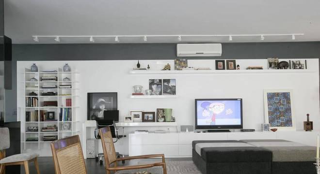 estante decorativa suspensa sala de estar home office amc arquitetura