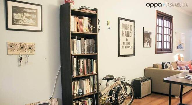 estante preta para livros sala de estar casa aberta