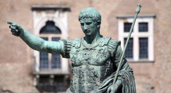 Julio César impôs o novo calendário, designando janeiro, em homenagem ao deus Janus, como o primeiro mês do ano