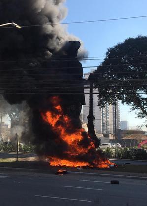 Manifestantes põem fogo em estátua de Borba Gato em SP